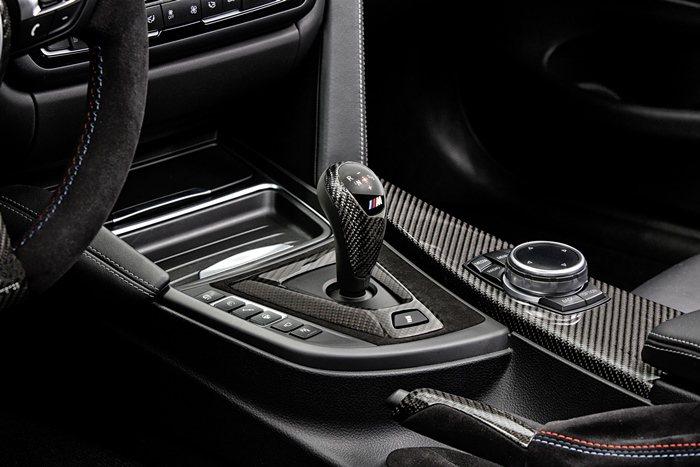 排檔桿可選有M Performance字樣的 Alcantara皮革與碳纖組合式...
