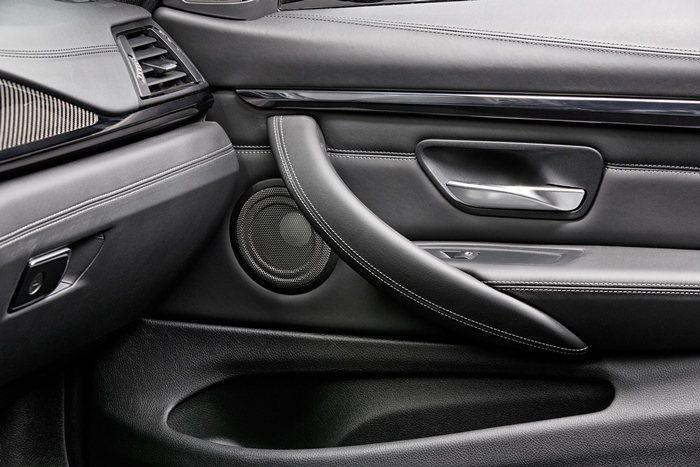 門側也採取對比縫線。 BMW提供