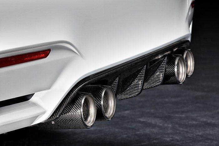 M4排氣尾管上並有M Performance字樣。套也可以選擇有M字樣的鈦或碳纖...