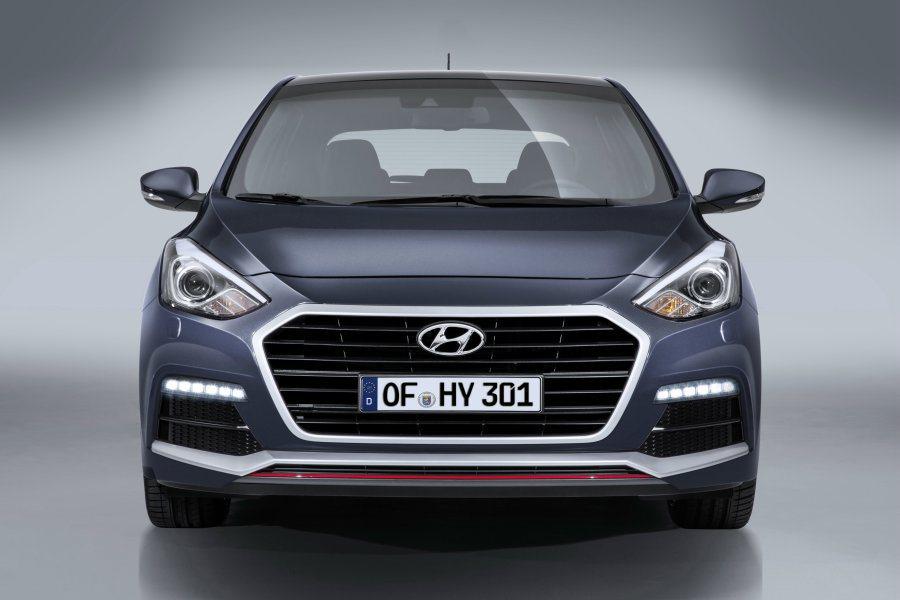 追加的i30 turbo車型,與一般版差異處在車頭水箱罩橫柵、格狀氣壩與霧燈、下...