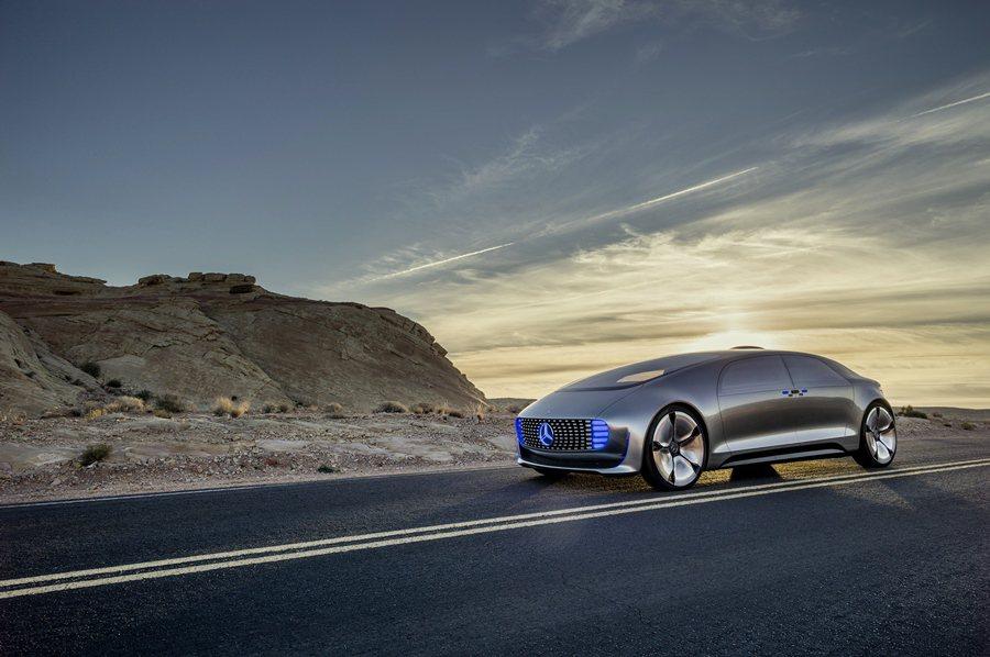 F 015 Luxury in Motion有特別的車身比例,有短而低置的車頭,...