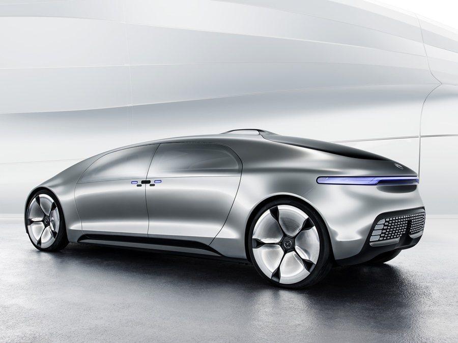 F 015車身採用CFRP強化碳纖維材質,結合鋁合金和高張力鋼板打造輕量化車身,...