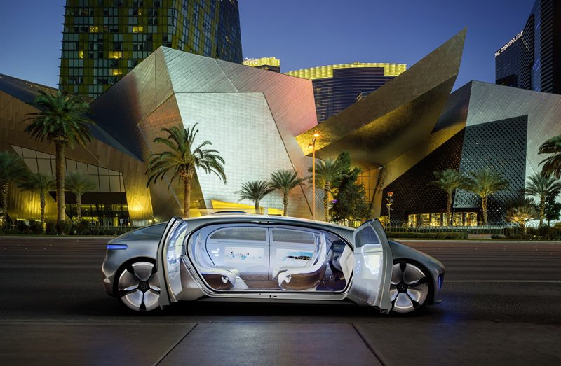 F 015還有特別設計的對開式車門,車子沒有B柱。 Mercedes Benz提...