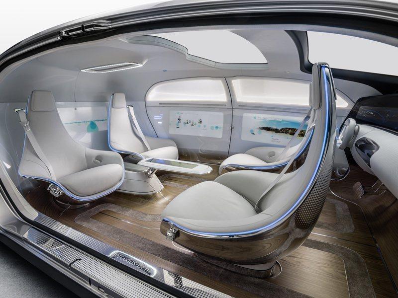 四張可旋轉的電動沙發座椅,這樣的配置允許車內乘員可面對面乘坐。 Mercedes...