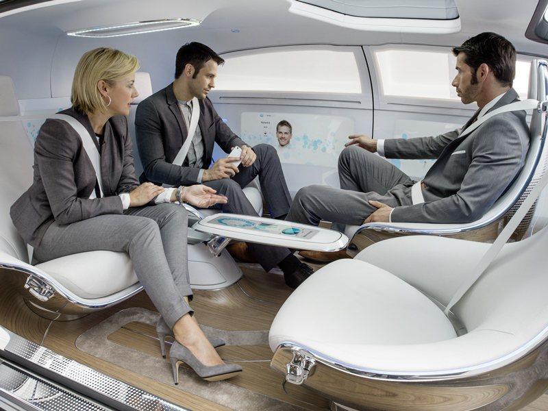 所有車內的乘客也可以在車子自動行走時,各自工作、休息或打電話上網。 Merced...