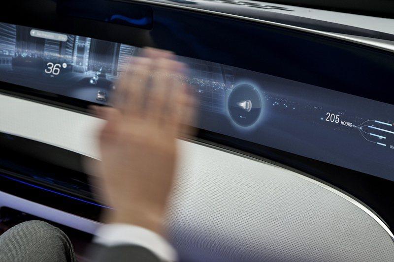 儀表板上的主螢幕,能顯示與行車相關的資訊,包括車速等,還有空調和風量等,另整合資...
