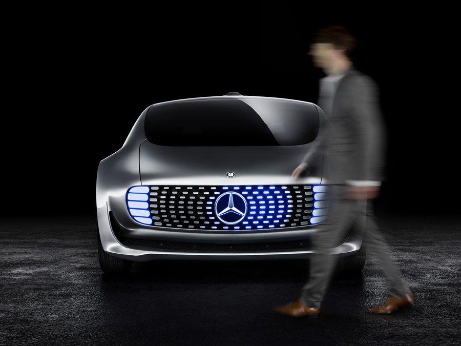 車頭的LED燈組也能顯示不同的駕馭模式,如果是採取自動駕駛模式,則會顯示藍光,由...