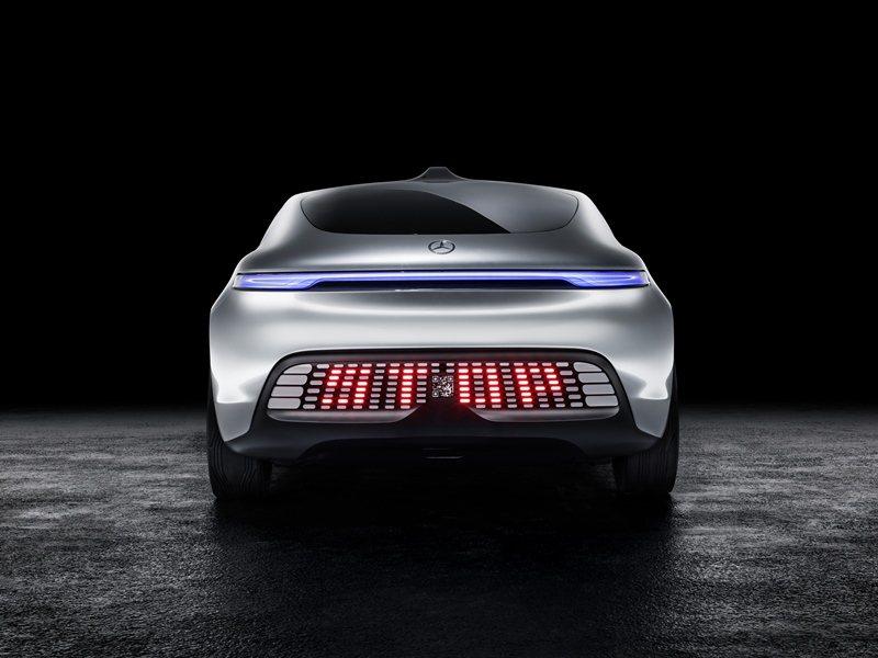 車尾有LED燈組,當車子速減速時,車尾的LED會顯示SLOW的字樣,如果是停車中...