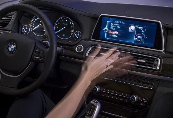 手勢辨別操控車用螢幕技術,相當新奇。 BMW提供