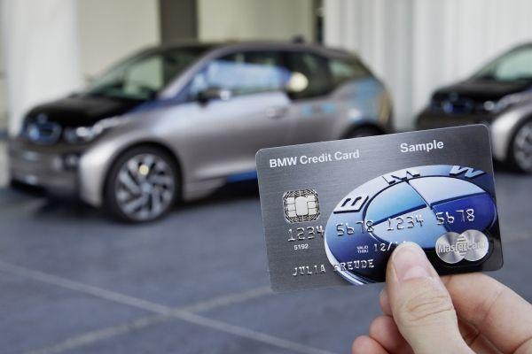 信用卡擁有車鑰匙功能,只要拿信用卡靠近擋風玻璃的感應器,系統就可辨識車主身分並解...