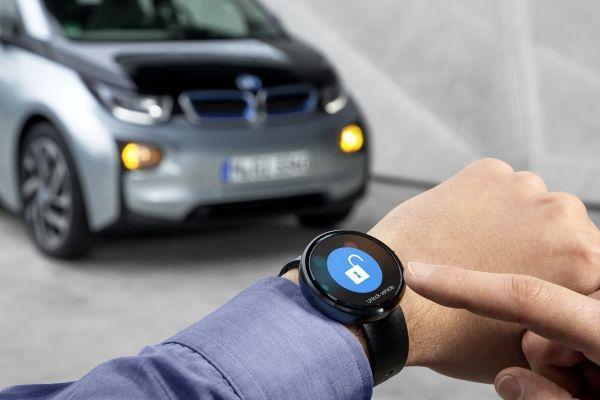 啟動智慧手錶內建置的「遙控自動停車輔助系統」,車子會自動找尋車位並停好車。 BM...