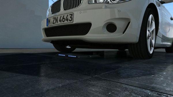 無線感應式充電系統,透過在車底的線圈與車庫地板的線圈,互相感應來傳輸電流。 BM...