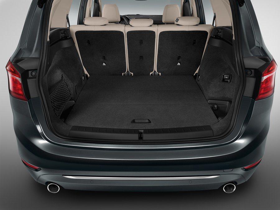 五人座的行李廂容量可從645公升透過後座傾倒可擴充至1,905公升。 BMW提供