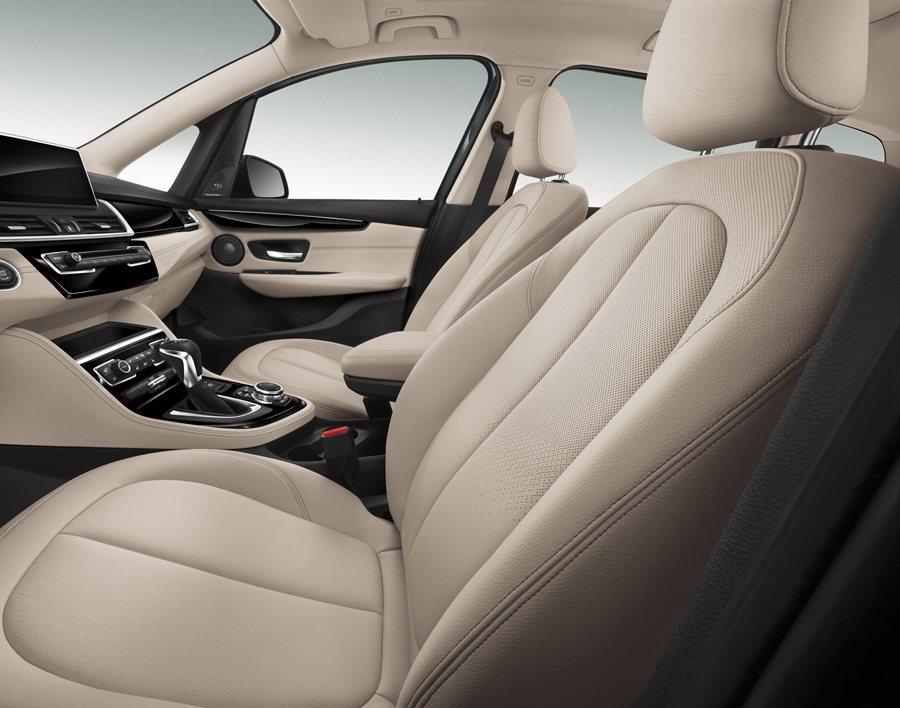 內裝採精緻的原木飾板搭配軟質塑料和皮革,同時具備完整的數位化配備。 BMW提供
