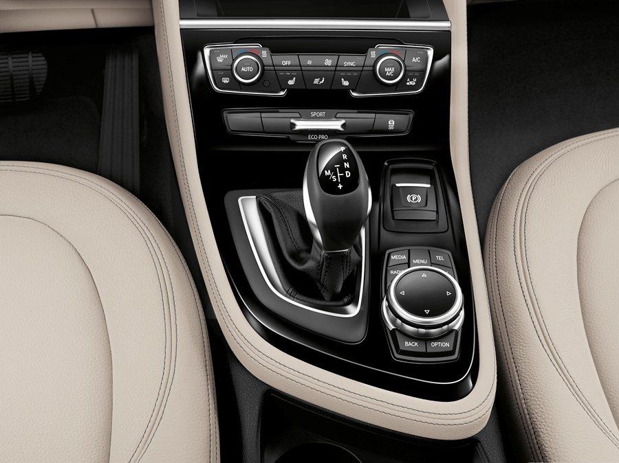 中央鞍座排檔桿旁有行車模式切換鈕,可選擇ECO PRO、Sport、Comfor...