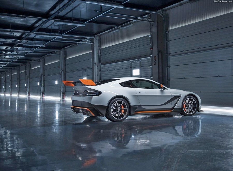 配備賽道競技空力套件,包括顯眼的尾翼 和銳利的前分流器,空力套件可帶來優翼的下...