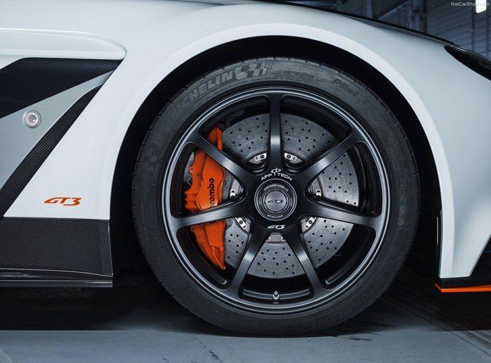 而配上米其林的Pilot Super Sport跑胎,也提供更有自信的操控。 ...