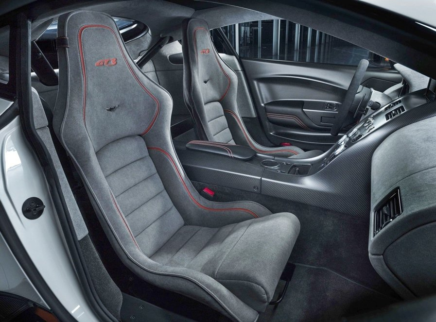 另有為賽車而開發的跑車座椅,並有麂皮內裝,還可選配多項由Q by Aston M...