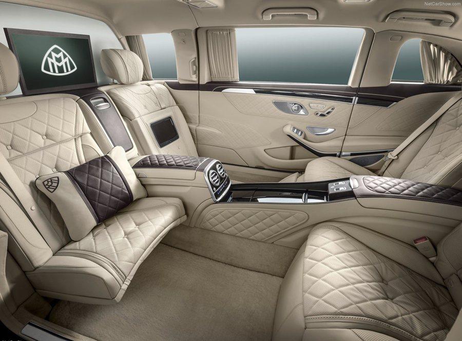 後座為四座配置並採面對面配置,提供極其寬敞的腿部空間,並能很輕鬆地上下車。和前座...