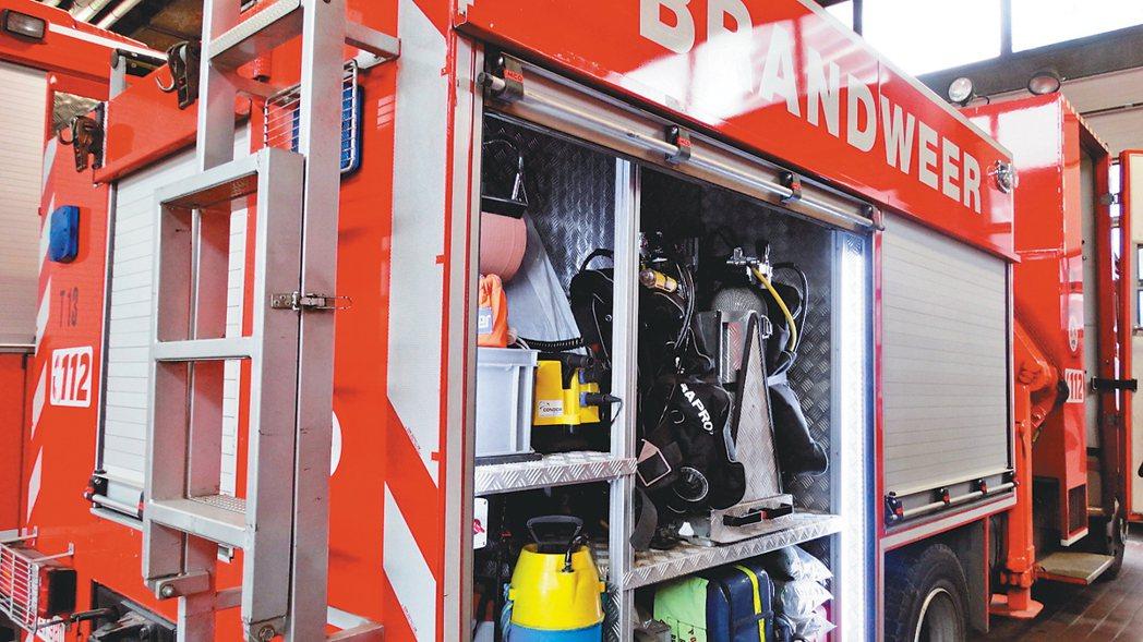 因應不同種類災難而有不同消防車,車上的救災設備也大不同,圖為專門到水底救災的消防...