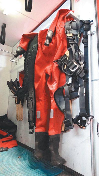 在專門處理水底救人的消防車上,配有專業潛水衣等消防設備。 布魯塞爾記者蕭白雪/攝...