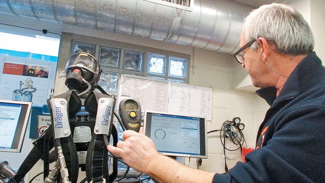消防員的保護背衣每次出任務後都要重新檢測,確認輸送氧氣的管線與警鈴系統有無問題。...