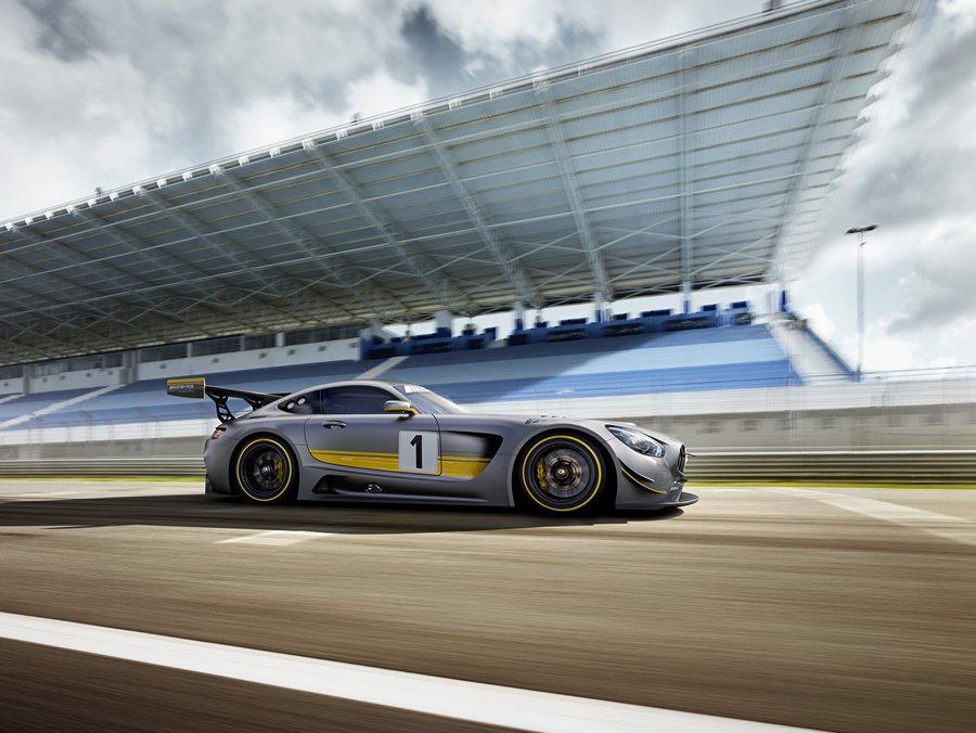 Mercedes-AMG GT3車色採取灰與鮮黃對比的消光塗裝,另有橫向擴張的車...