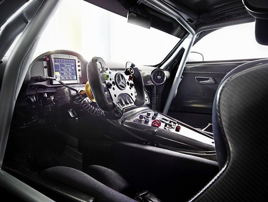 Mercedes-AMG GT3的車身結構也具備輕量化與極堅固的鋁合金結構,還有...
