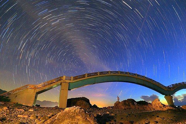 台東長濱鄉的三仙台近年是攝影愛好者夜拍的熱門據點,凌晨時分更可以拍到美麗的繁星點點和星軌。 李御林攝影