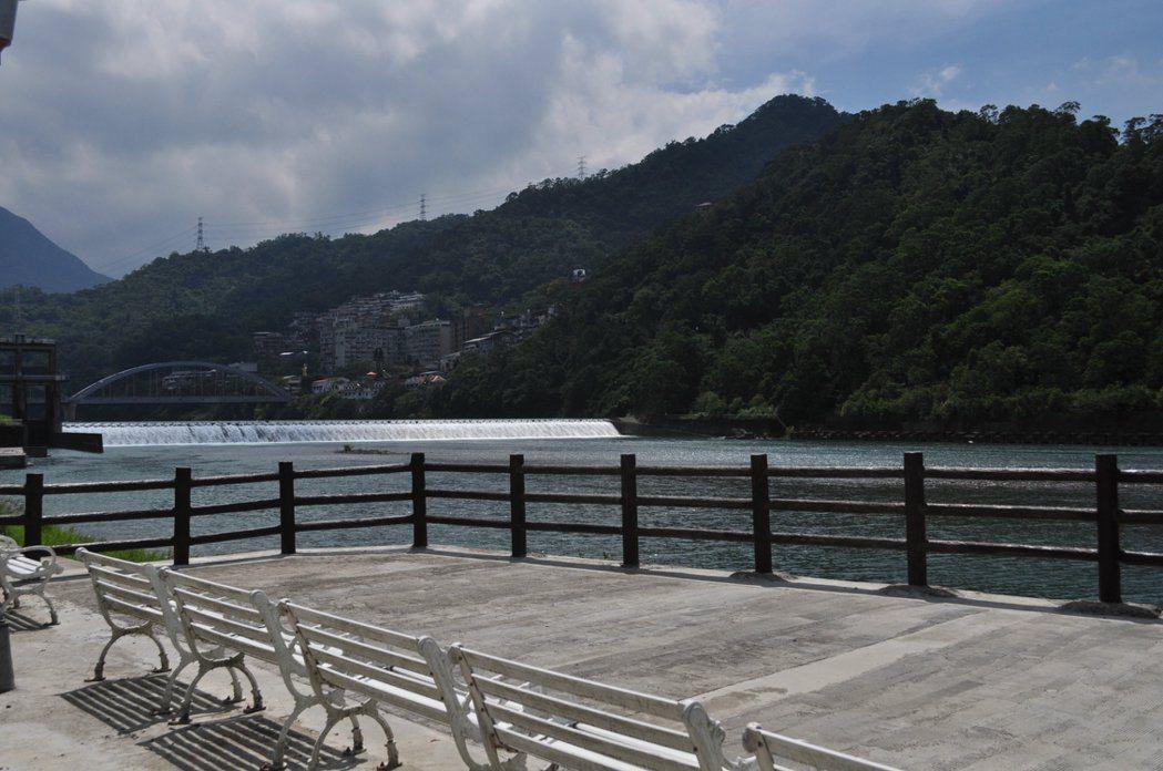 步道隨處都有設置行人座椅可以休息,在此休憩片刻,欣賞湖畔的水岸生態。 記者許信文/攝影