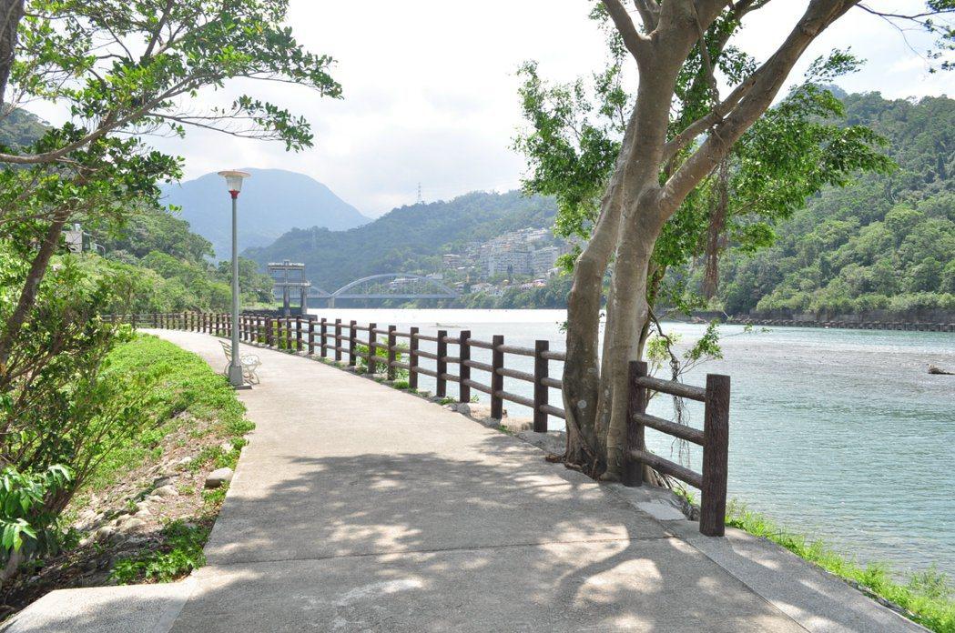 沿岸梅花湖行人步道相當幽靜宜人。 記者許信文/攝影