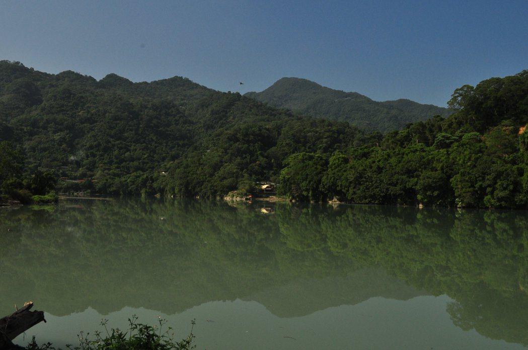 直潭壩完工後,濛濛谷河水高漲淹沒谷型右岸,偶爾霧濛濛的大湖景象,於是有了濛濛湖的截然不同新貌。 記者許信文/攝影