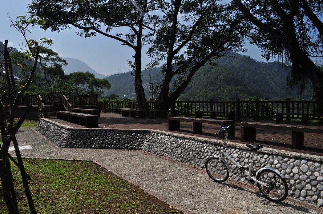 通往梅花湖路上,有座高視野觀景台,可以看見整個湖面美景。 記者許信文/攝影