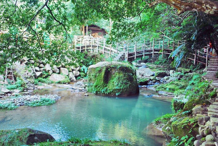 四寮溪生態教室溪流深處有美麗的竹拱橋。 記者趙惠群/攝影