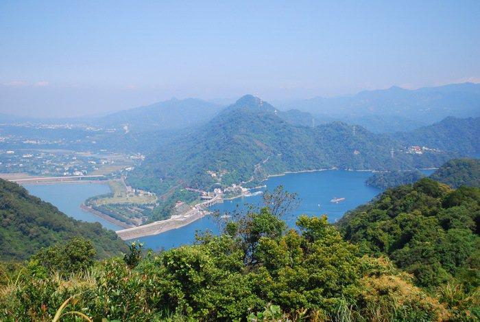 竹28線公路稜線上制高點遠眺石門水庫與四周山色。 記者趙惠群/攝影