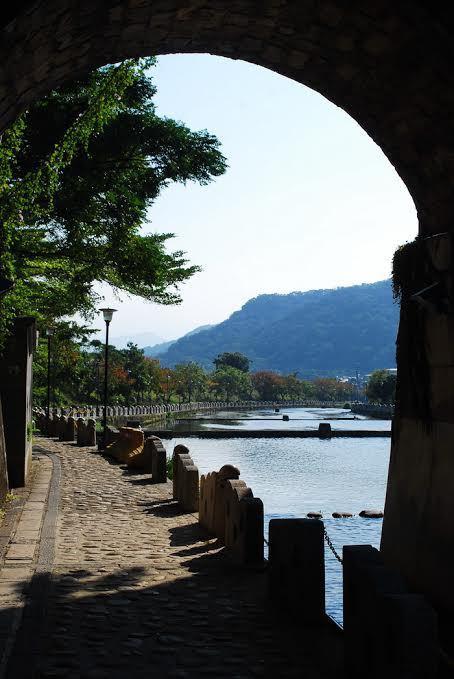 東安古橋橋拱下窺看牛欄河風光。 記者趙惠群/攝影