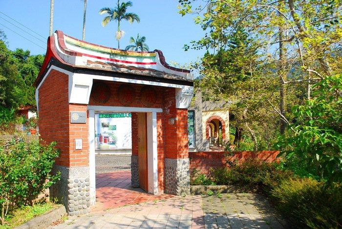 金廣成文化館紅磚大門與楓香樹相映成趣。 記者趙惠群/攝影
