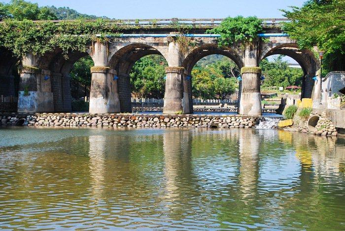 牛欄河親水公園溢歐洲風情,水上是東安古橋,為關西八景之一。 記者趙惠群/攝影