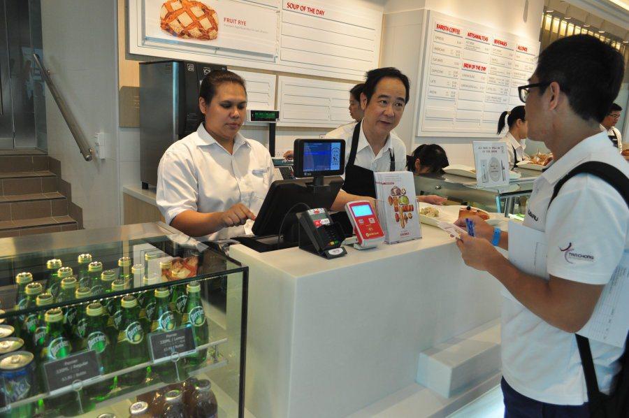 店內服務人員有夠熱心。 記者許信文/攝影