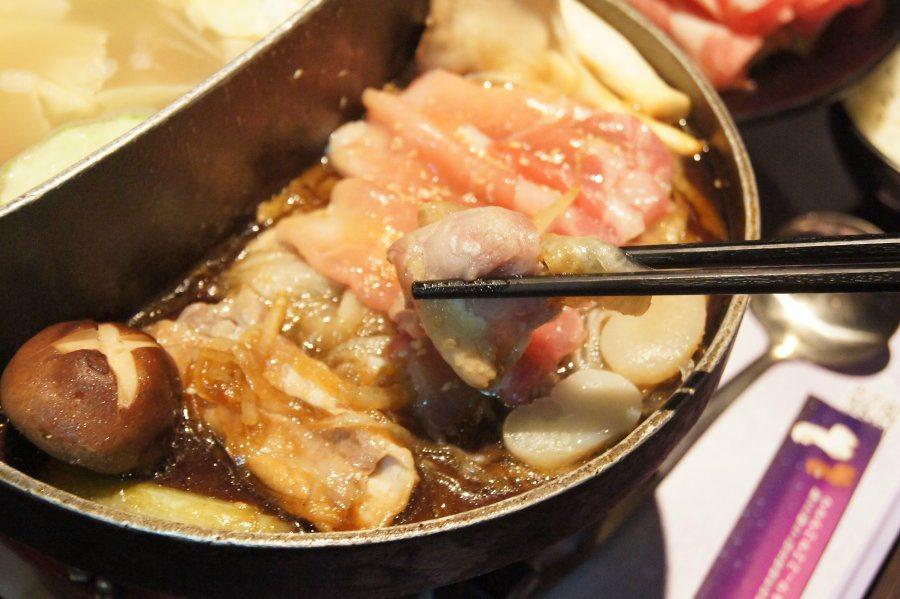 另一雙福涮烤鍋可一邊享用火鍋,一邊品嚐鐵板烤肉的美味。 林翊民/攝影