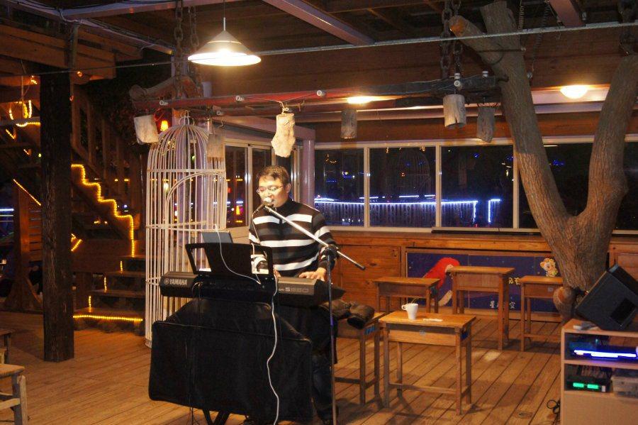 戶外舞台區邀請歌手駐唱,園區偶爾也會有不定活動與遊客同樂。 林翊民/攝影