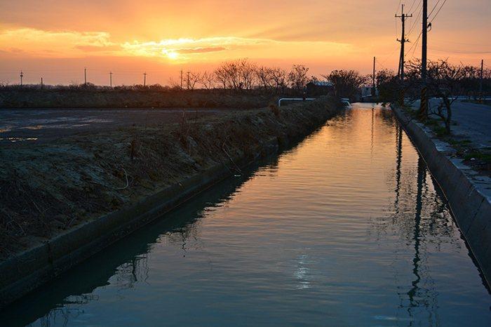 好美寮也是西海岸欣賞落日美景好去處,黃昏時分夕陽在灑在一座魚塭與水渠上,氣氛十分迷人。 記者趙惠群/攝影