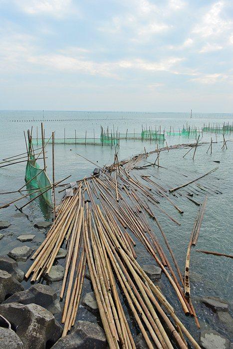 東石漁人碼頭堤岸邊散落的蚵架。 記者趙惠群/攝影