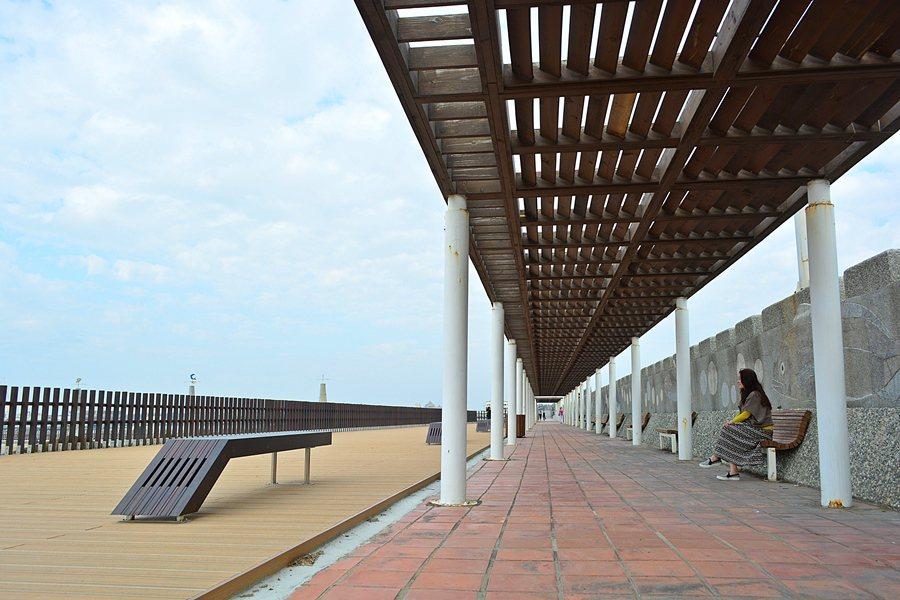 東石港的漁人碼頭造景和設施,好像高級度假村。 記者趙惠群/攝影