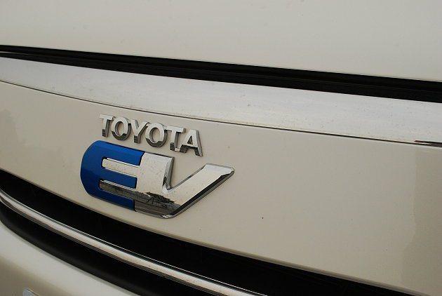 RAV4 EV簡約的水箱護罩上有EV字樣。 趙惠群