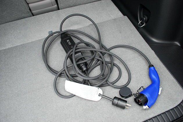 RAV4 EV利用家用220V電源充電,約需要五到七小時才能完全充電。 趙惠群