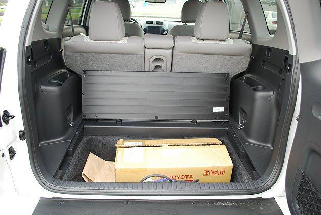 RAV4 EV行李廂有雙層設計,下層有置物格。 趙惠群