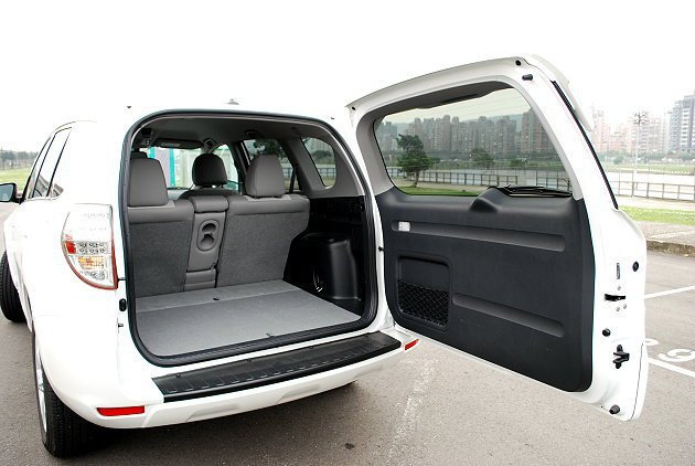 RAV4 EV尾門開啟採側開式不同於汽油版。 趙惠群