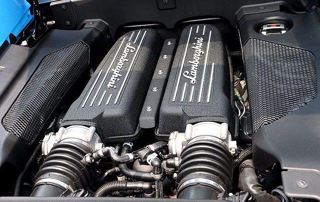 5.2L 90度夾角的鋁合金V10引擎。 蔡志宇