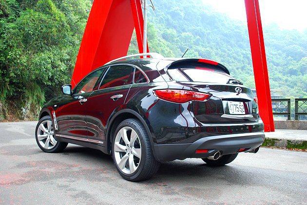 FX37車尾造型與車頭呼應,有眼式尾燈和圓弧的擾流與後保桿。 趙惠群